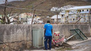 A Saint-Martin, les équipes EDF sont à pied d'oeuvre pour remettre en service le plus vite possible les installations électriques après le passage de l'ouragan Irma. (LIONEL CHAMOISEAU / AFP)