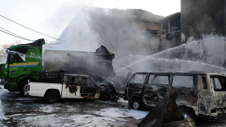 Des voitures en feu dans la banlieue de Damas (Syrie), en août 2012. (HAZIM / CHINE NOUVELLE / SIPA)