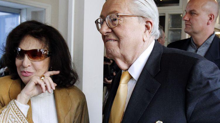 Jean-Marie Le Pen, fondateur du Front national, avec son épouse Jany Le Pen, le 12 avril 2010. (JOEL SAGET / AFP)