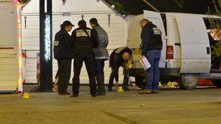 Des enquêteurs inspectent la camionnette qui a foncé sur des passants du marché de Noël de Nantes (Loire-Atlantique), le 22 décembre 2014. (GEORGES GOBET / AFP)