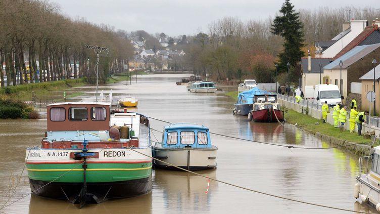 Une barrière anti-inondation en construction à Redon (Ille-et-Vilaine), en vue de la montée des eaux. (  MAXPPP)