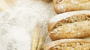 Les fibres sont notamment présentes dans le pain complet. (CACTUSOUP / GETTY IMAGES)