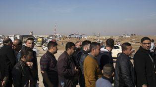 Une longue attente en dehors de Mossoul(Irak) par des milliers de personnes,, le 7 janvier 2017 (BRAM JANSSEN / AP / SIPA)