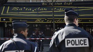 Des policiers montent la garde devant le Bataclan lors de la visite des lieux par la commission parlementaire chargée d'enquêtersur les attentats du 13 novembre, le 17 mars 2016. (ALAIN JOCARD / AFP)
