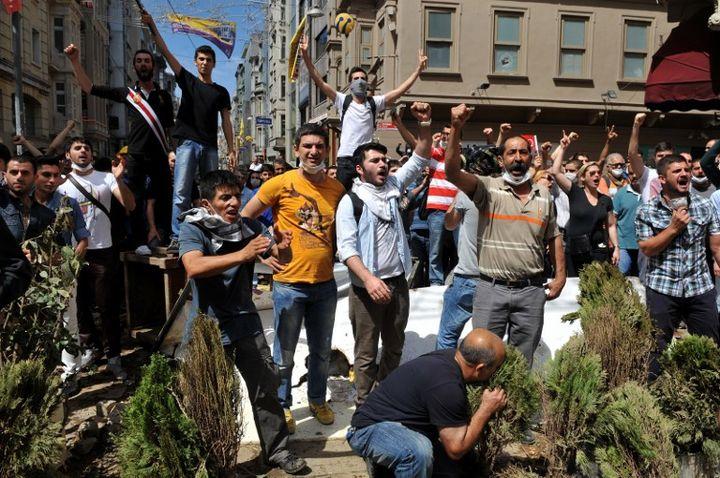 Des manifestants chantent des slogans anti-gouvernementaux à Istanbul (Turquie), le 1er juin 2013. (OZAN KOSE / AFP)