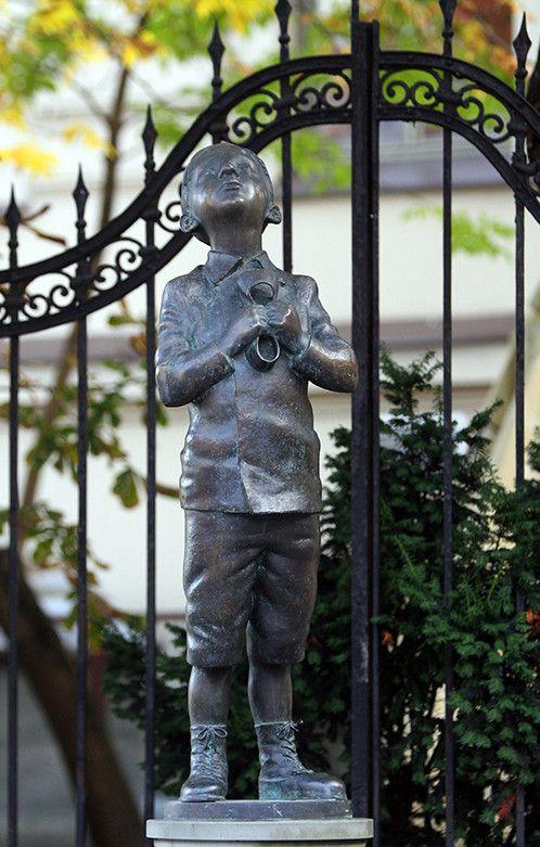 Statue représentant Romain Gary enfant, Vilnius  (PETRAS MALUKAS / AFP)