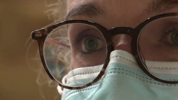 Plusieurs médecins sont victimes de violences et de dérapages par des anti-pass sanitaire. Certains doivent être placés sous protection. Portrait de l'une d'entre elles, dans le Gard. (Capture d'ecran France 2)