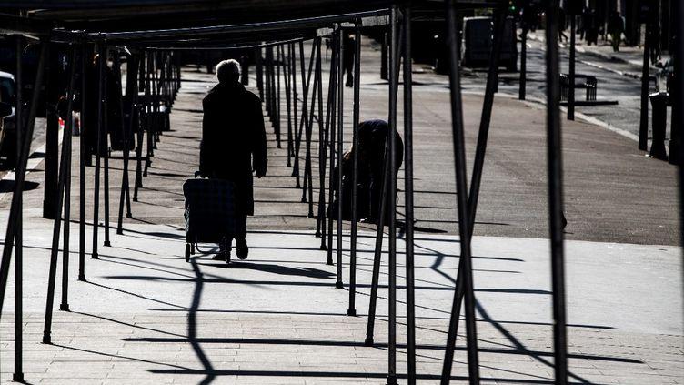 Un marché vide, en plein confinement contre le coronavirus, à Paris, le 24 mars 2020. (JOEL SAGET / AFP)
