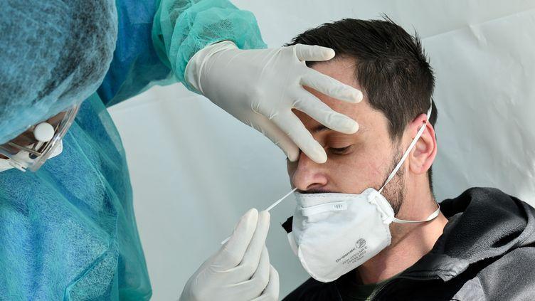 Test sur un patient potentiellement contaminé au Covid-19, à Paris, le 1er avril 2020. (BERTRAND GUAY / AFP)
