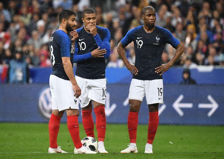 Les Français Nabil Fekir, Antoine Griezmann et Djibril Sidibé lors d'un match amical contre l'Irlande au Stade de France à Saint-Denis (Seine-Saint-Denis), le 28 mai 2018. (FRANCK FIFE / AFP)