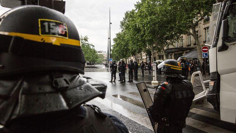 """Des CRS lors d'une manifestation des """"gilets jaunes"""" à Paris, le 25 mai. Photo d'illustration. (SADAK SOUICI / LE PICTORIUM / MAXPPP)"""