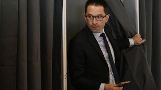 Benoît Hamon vote au premier tour de l'élection présidentielle, le 23 avril 2017 à Trappes (Yvelines). (PHILIPPE LOPEZ / AFP)