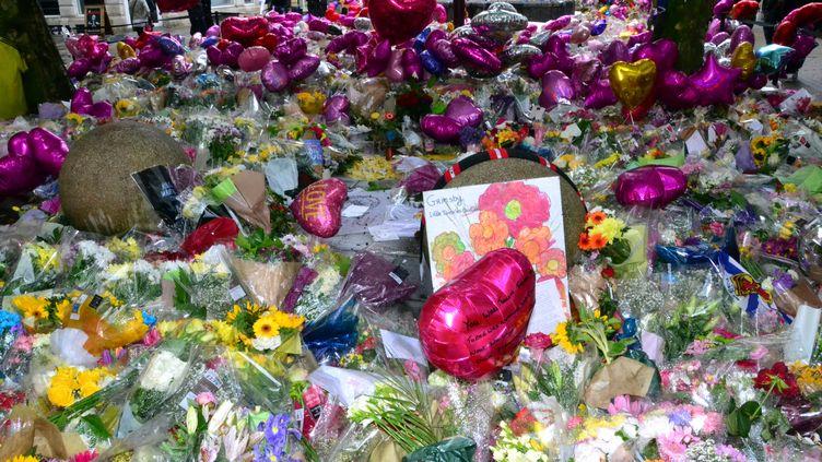 Des fleurs ont été déposées devant la Manchester Arena, après l'attaque survenue en mai devant la salle de concert, à l'occasion d'un hommage, le6 juin 2017. (TERRY WALLER / CROWDSPARK / AFP)