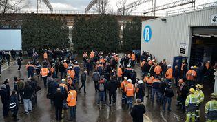 Des salariés de l'usine Ascoval de Saint-Saulve (Nord), le 19 décembre 2018. (FRANCOIS LO PRESTI / AFP)