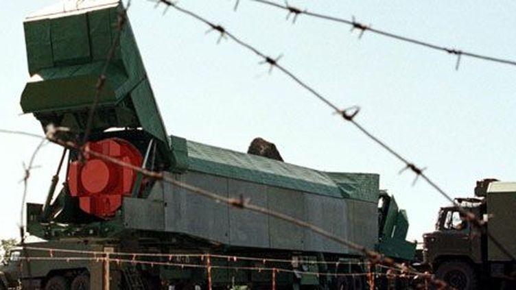 Un missile nucléaire SS-24. Extrait de son bunker sur une base militaireprès de laville ukrainienne dePervomaisk,le 13 août 1998, il est placé dans un conteneur de transport pour être envoyé en Russie. (Reuters)