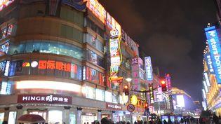 Une rue animée de Shanghaï (Chine), le 29 décembre 2017. (JEAN-CHRISTOPHE BOURDILLAT / RADIO FRANCE)