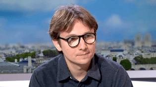 """Lorànt Deutsch invité du Journal de France 2 pour sa pièce """"Le Système""""  (France 2 / Culturebox)"""