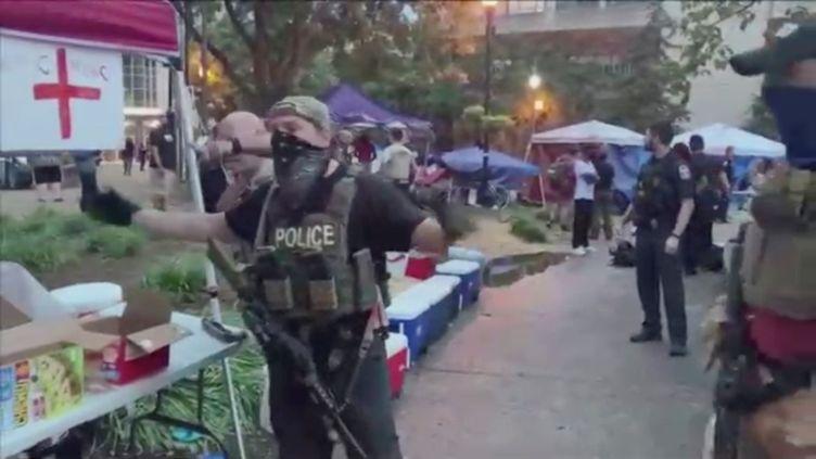 Un policier intervient après la mort d'un homme lors d'une manifestation contre le racisme à Louisville (Etats-Unis), le 28 juin 2020. (SOCIAL MEDIA / REUTERS)