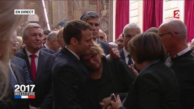 Emmanuel Macron réconforte la mère d'une militante En marche ! récemment décédée
