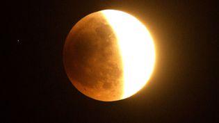 Eclipse de lune visible au-dessus de Los Angeles (Californie, Etats-Unis), le 15 avril 2014. (JOE KLAMAR / AFP)