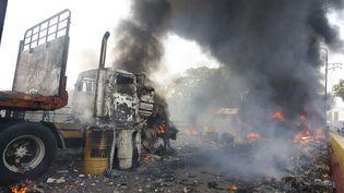 Des véhicules incendiés à la frontière entre le Venezuela et la Colombie, samedi 23 février 2019. (SCHNEYDER MENDOZA / AFP)