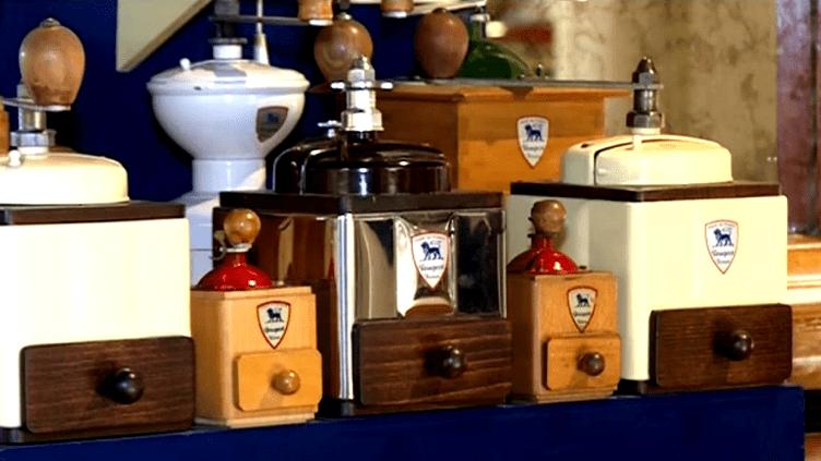 Les célèbres moulins à café Peugeot fabriqués depuis 1840 sont encore vendus aujourd'hui dans plus de 80 pays  (Culturebox / Capture d'écran)