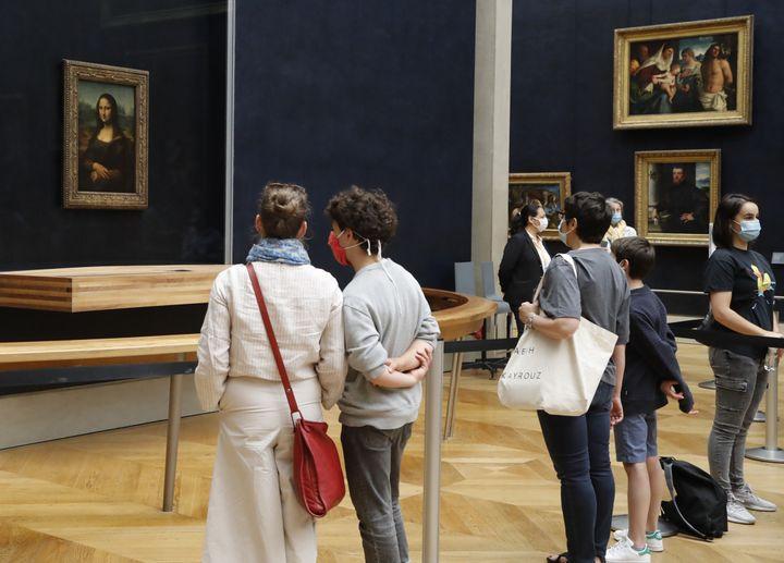 Les masques sont obligatoires à l'intérieur du musée du Louvre. (FRANCOIS GUILLOT / AFP)