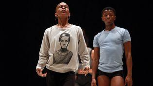 La danseuse et chorégraphe Dada Masilo, devant un de ses danseurs,en répétition le 10 octobre 2014 à l'Opéra de Bordeaux (NICOLAS TUCAT / AFP)