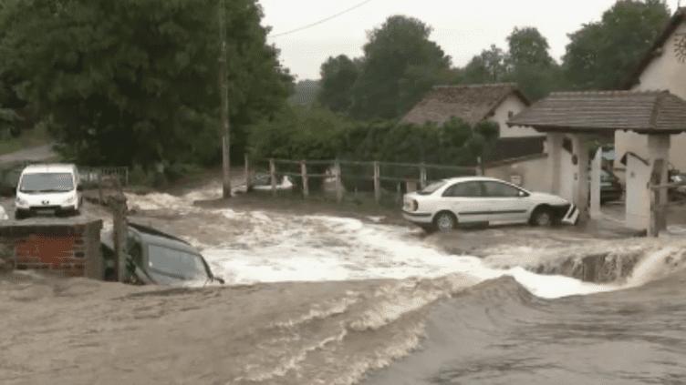 Les intempéries font de gros dégâts. À Breteuil, un homme est décédé. Il a été retrouvé dans l'eau à l'intérieur de sa voiture. (France 2)