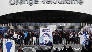 L'hommage des supporters à Bernard Tapie, le 4 octobre 2021. (GUILLAUME HORCAJUELO / EPA)