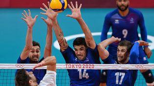 Le contre français, composé deJean Patry, Nicolas Le Goff et Trévor Clevenot, face au Polonais Michal Kubiak, en quarts de finale du tournoi olympique, le 3 août 2021. (YURI CORTEZ / AFP)