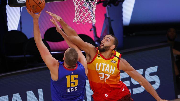 Rudy Gobert (Utah Jazz) en défense sur Nikola Jokic (Denver Nuggets) (KEVIN C. COX / GETTY IMAGES NORTH AMERICA)