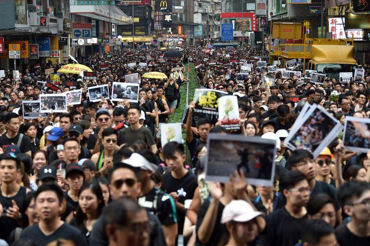 "Manifestation g""antedans les rues d'Hong Kong, le 16 juin 2019. (HECTOR RETAMAL / AFP)"