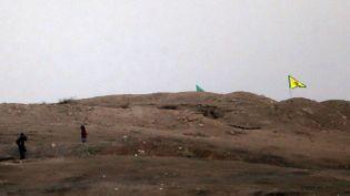 (Un drapeau kurde sur une colline à l'ouest de Kobané © REUTERS   Umit Bektas)