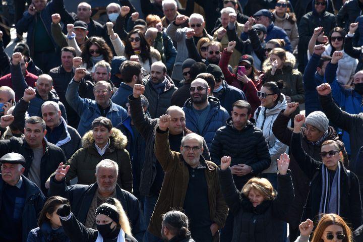 Des manifestants demandent la démission du Premier ministre arménien, Nikol Pachinian, à Erevan, vendredi 26 février 2021. (KAREN MINASYAN / AFP)