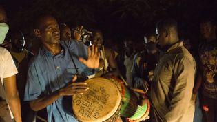 Des partisans de Soumaïla Cissé fêtent sa libération, le 8 octobre 2020, devant sa maison de Bamako, au Mali. (ANNIE RISEMBERG / AFP)