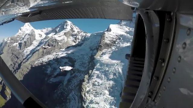 Deux wingsuiteurs français entrent dans un avion en vol
