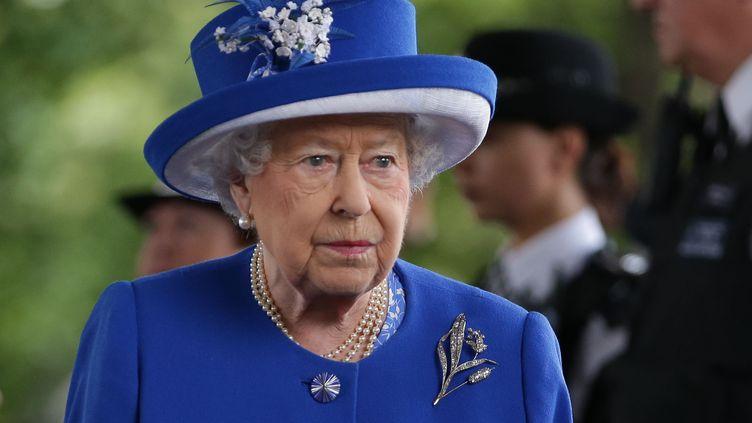 Le reine Elizabeth en visite, le 16 juin 2017, à la tour Grenfell à Londres (Royaume-Uni), où a eu lie un gigantesque incendie. (DANIEL LEAL-OLIVAS / AFP)