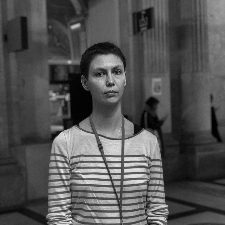 Emilie, victime des attentats au Bataclan et partie civile au procès du 13-Novembre, photographiée au Palais de justice de Paris le 6 octobre 2021. (DAVID FRITZ-GOEPPINGER POUR FRANCEINFO)