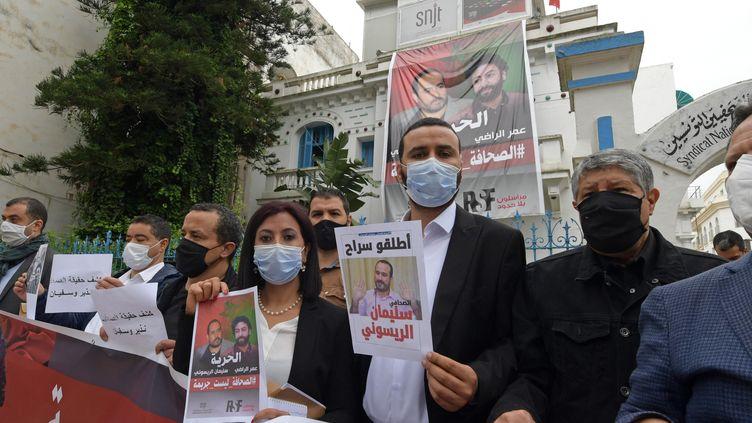 Des soutiens aux journalistes marocains Omar Radi etSoulaimane Raissouni,à Tunis (Tunisie), le 3 mai 2021. (FETHI BELAID / AFP)