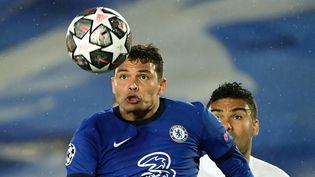 Thiago Silva et Casemiro sont à la lutte pour le ballon. (JAVIER SORIANO / AFP)