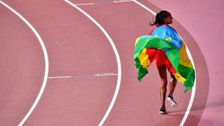L'Ethiopienne Gudaf Tsegay aprèsavoir remporté le bronze dans la finale du 1500 m féminin des Championnats du monde d'athlétisme au stade international de Khalifa à Doha le 5 octobre 2019. (GIUSEPPE CACACE / AFP)