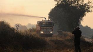 Des pompiers comnbattent un incendie le 15 juillet 2017 à Saint-Cannat (Bouches-du-Rhône). (FRANCK PENNANT / AFP)