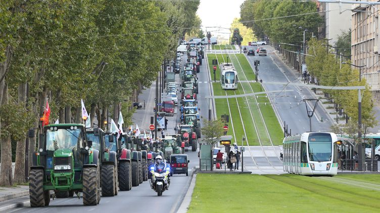 Un convoi de tracteurs arrive près du point de ralliement des agriculteurs en colère. (LAURENTVU / SIPA)