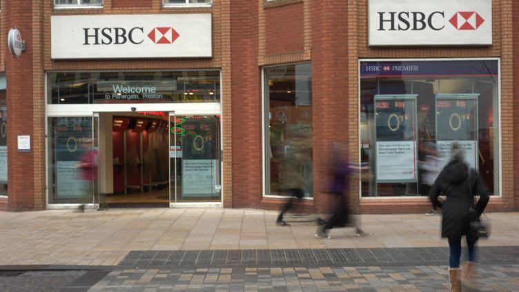 Une banque HSBC au Royaume-Uni, le 27 novembre 2014. (JONATHAN NICHOLSON / AFP)
