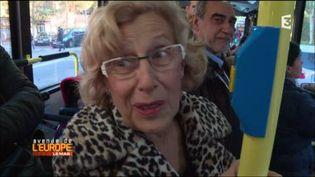 La maire de Madrid, Manuela Carmena, dans le métro. (FRANCE 3 / FRANCETV INFO)