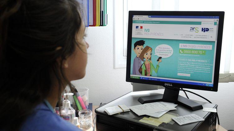 Une femme consulte le site du gouvernement sur l'IVG, à Toulouse, le 17 mars 2015. (MAXPPP)