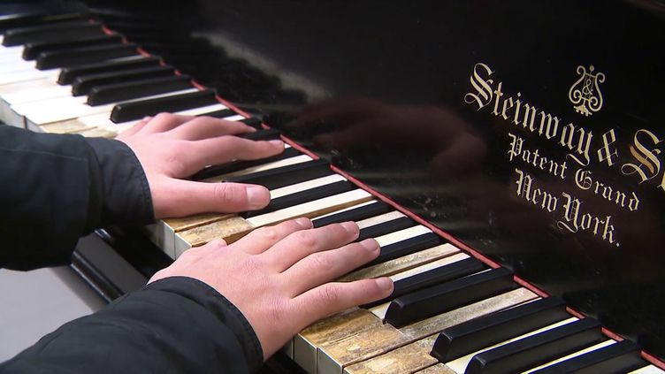 Le lycée Pasteur de Lille lance une cagnotte pour restaurer son piano à queue Steinway de 1903. (Sébastine Gurak - France 3)