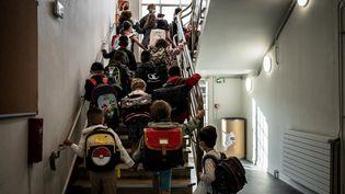 Des élèves d'une école élémentaire à Lyon le 2 septembre 2021, jour de la rentrée des classes. (JEFF PACHOUD / AFP)
