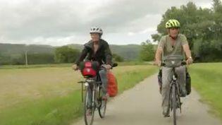 La France est en train de devenir une destination phare en matière de cyclotourisme. C'est le cas dans le Rhône où les vacanciers pédalent au cœur de paysages à couper le souffle. (FRANCE 2)